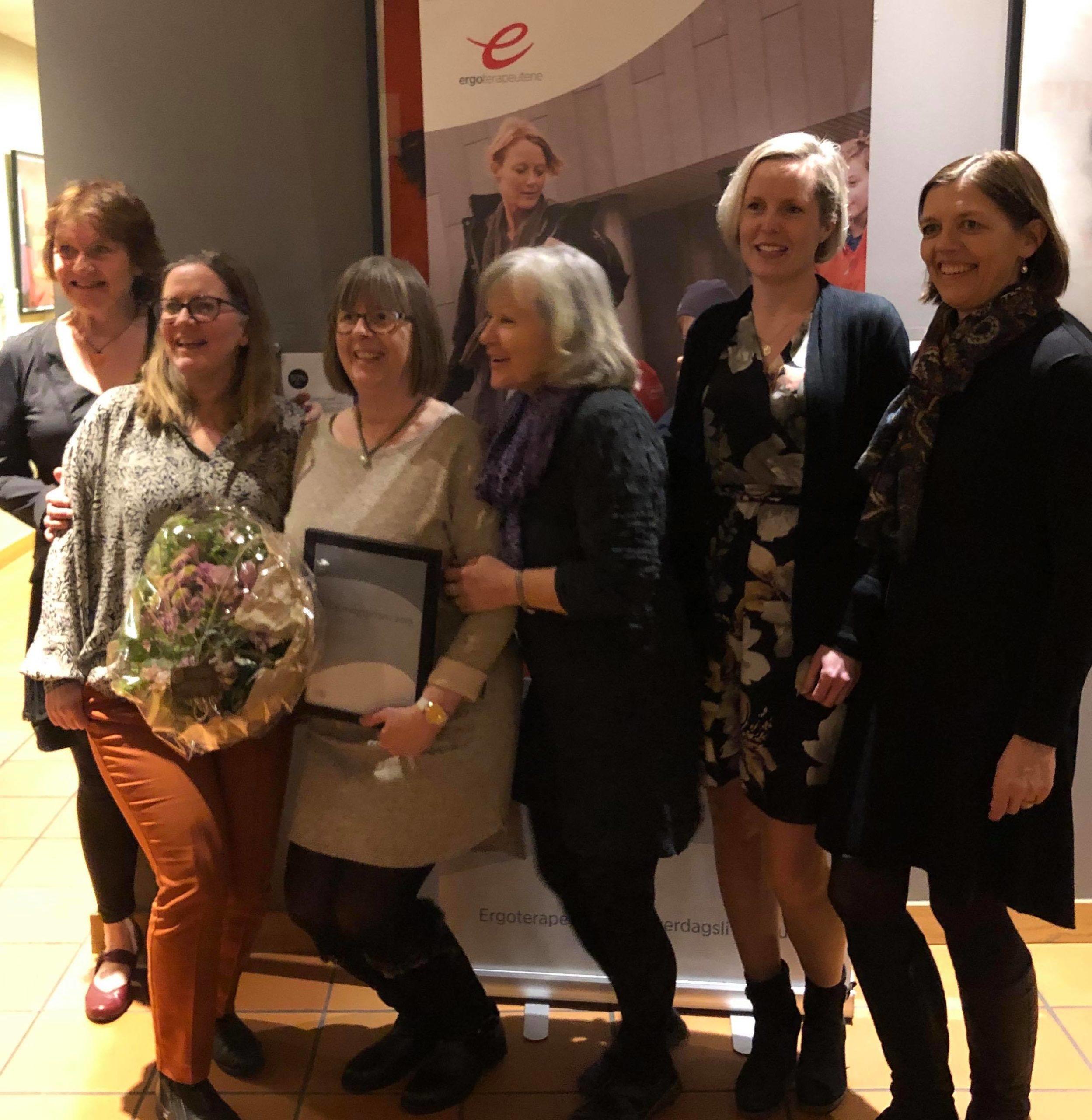 Fem kvinner i ulik høyde og alder med prisvinneren i midten.