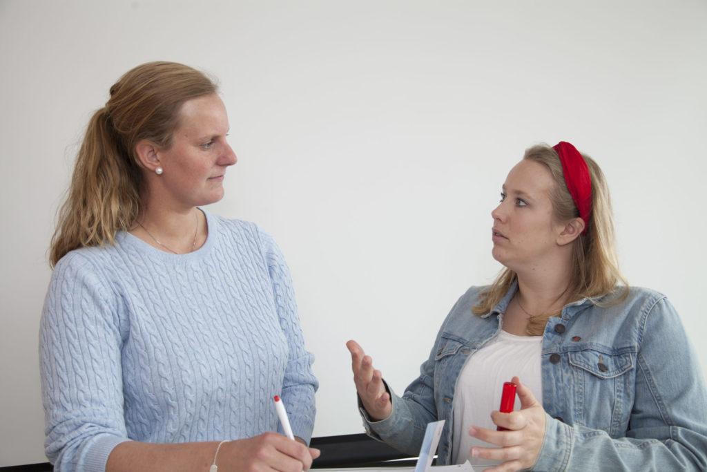 Diskusjon mellom to kvinner.